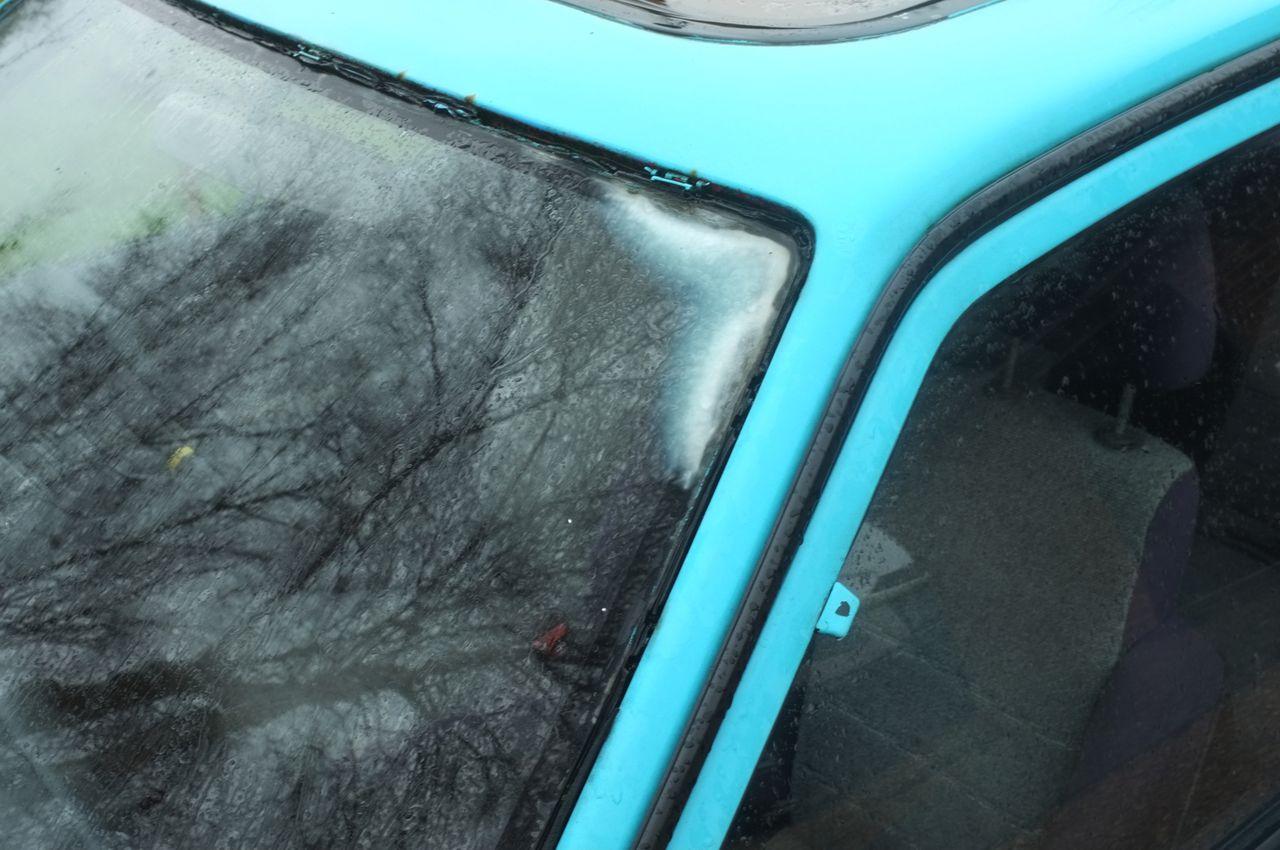 Fogging in the corners of a Mazda 323 windscreen